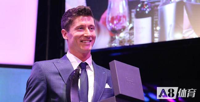 波媒:莱万将领取欧足联最佳球员奖,各大媒体已拍纪录片